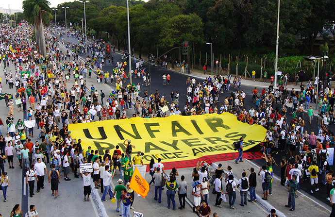 Brazilians participate in a demonstration near the Mineirao Stadium in Belo Horizonte, June 26, 2013 (Reuters / Jackson Romanelli)