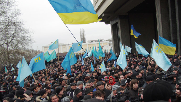 Pro-Ukrainian activists rally in front of the Crimean parliament in Semfiropol on February 26, 2014. (AFP Photo / Vasiliy Batanov)