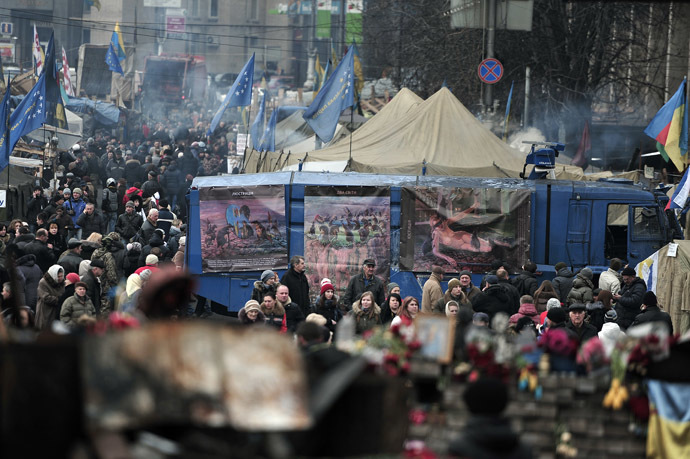 People walk at the Independence square in central Kiev on February 28, 2014. (AFP Photo/Louisa Gouliamaki)