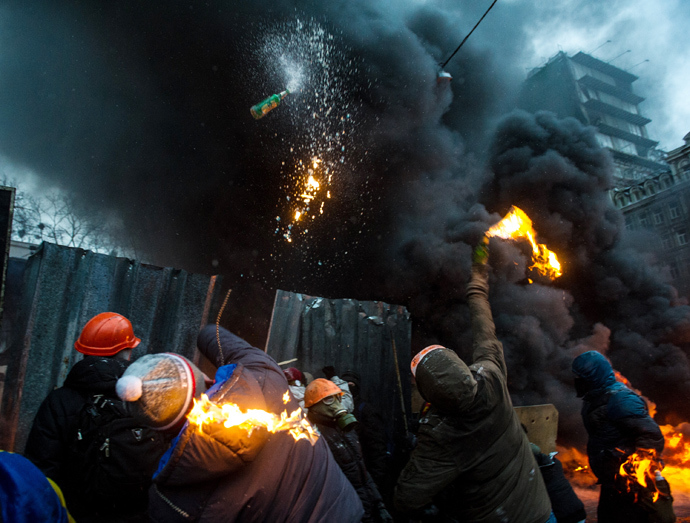 Protesters throw Molotov cocktails at police during clashes in the center of Kiev on January 22, 2014 (AFP Photo)