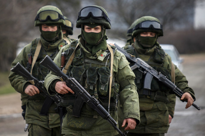 Armed men march outside an Ukrainian military base in the village of Perevalnoye near the Crimean city of Simferopol March 9, 2014.(Reuters / Thomas Peter )
