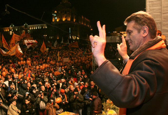 December 28, 2004.Ukrainian opposition leader Yushchenko flashes victory signs as he greets supporters during rally in central Kiev. (Reuters)