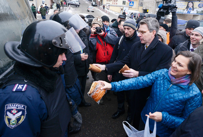 US Assistant secretary of State for European and Eurasian Affairs Victoria Nuland (R) distributing cakes to riot policemen on the Independence Square in Kiev on December 10, 2013. (AFP Photo / Andrew Kravchenko)