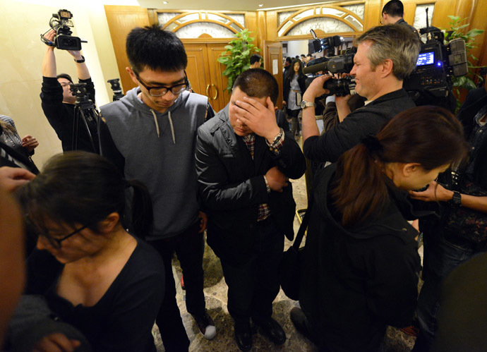 Chinese relatives of passengers from the missing Malaysia Airlines flight MH370 leave the lounge in the Metro Park Lido Hotel, after a meeting with Malaysian officials in Beijing on March 21, 2014. (AFP Photo)