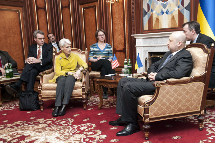 Ukrainian speaker of parliament and interim president Olexander Turchynov (R) speaks with U.S. Under Secretary of State for Political Affairs Wendy Sherman (2nd L) during a meeting prior to talks in Kiev on March 20, 2014. (AFP Photo)