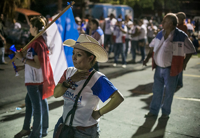Supporters of Salvadorean presidential candidate for the National Republican Alliance party, Norman Quijano wait for the voting results during the presidential election run-off in San Salvador, on March 9, 2014 (AFP Photo / Inti Ocon)