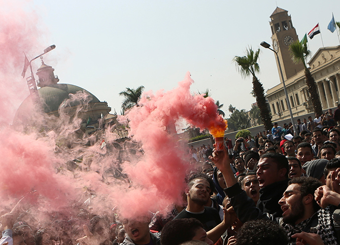 Students who are supporters of the Muslim Brotherhood and ousted President Mohamed Mursi shout slogans in a protest against the military and interior ministry in front of Cairo University March 26, 2014 (Reuters / Amr Abdallah Dalsh)