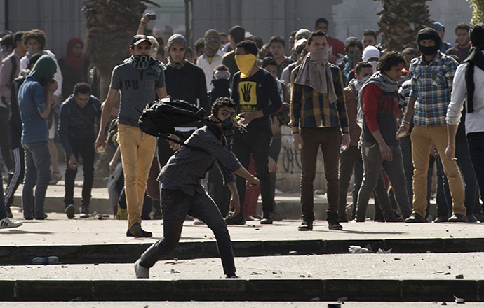 Egyptian students who support the Muslim Brotherhood and ousted Islamist president Mohamed Morsi clash with riot police following a demonstration outside Cairo University on March 26, 2014. (AFP Photo / Khaled Desouki)