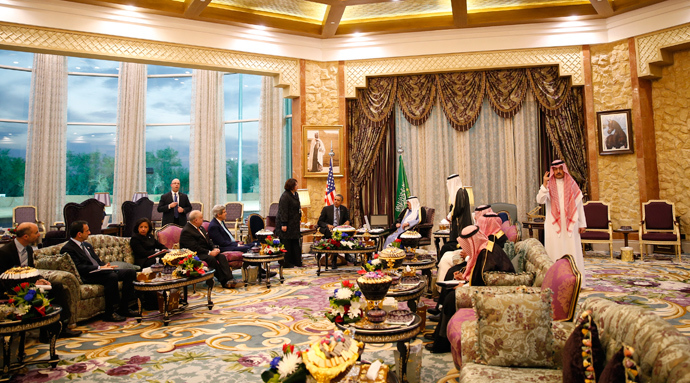 US and Saudi delegations sit opposite as US President Barack Obama meets with King Abdullah at Rawdat al-Khraim (Desert Camp) near Riyadh in Saudi Arabia, March 28, 2014 (Reuters / Kevin Lamarque)