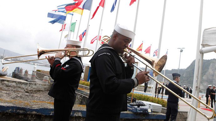 U.S. Military sailormen play military music during the deactivation ceremony of Navsouth Base Headquarter in Nisida Island near Naples, Italy (AFP Photo / Controluce)