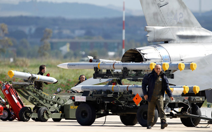 Ground crew transport weapons for an Italian F-16 Fighting Falcon at the Birgi NATO Airbase in Trapani in the southern Italian island of Sicily (Reuters / Alessandro Bianchi)