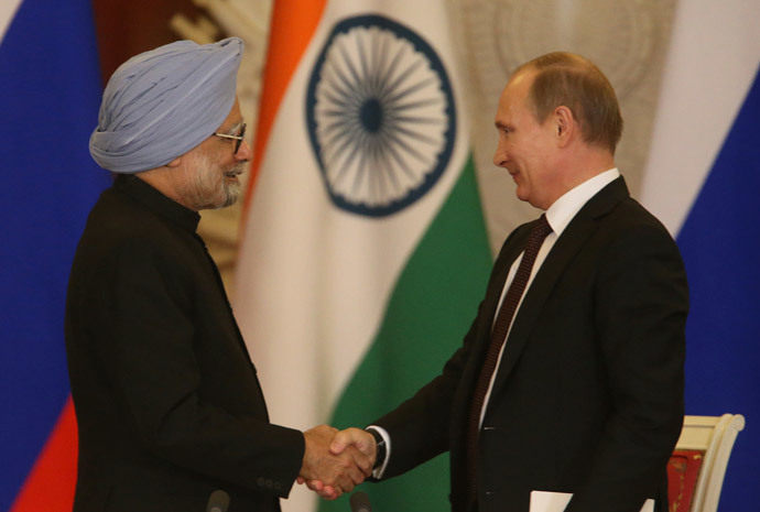 Russia's President Vladimir Putin (R) and India's Prime Minister Manmohan Singh shake hands at a joint press conference following their meeting in the Kremlin in Moscow, on October 21, 2013. (AFP Photo / Pool / Sergei Karpukhin)