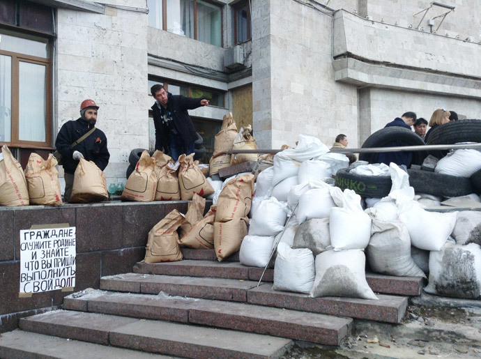 Participants in a rally at the Donetsk regional state administration. (RIA Novosti)