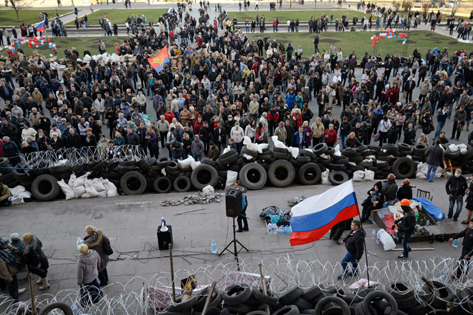 Pro-Russian protesters they gather outside a regional government building in Donetsk, April 8, 2014. (Reuters / Maks Levin)
