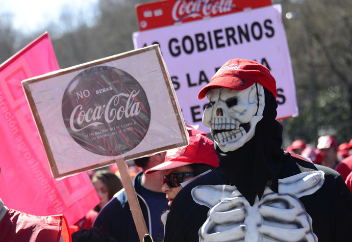 Employee of Iberian Partners, the sole bottler of Coca-Cola in Spain, demonstrate against a redundancy employment scheme in Madrid on March 9, 2014 on the sidelines of outdoor performances in protest against the decline in state support for the arts in Spain. (AFP Photo / Javier Soriano)