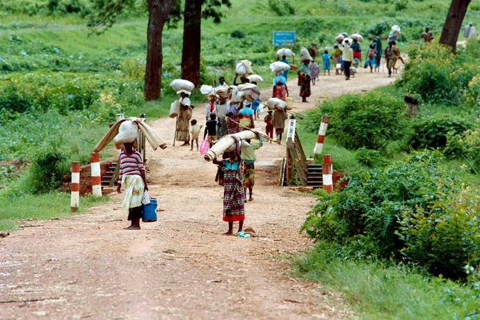 Rwandan refugees walk on the Byumba road as they flee from Kigali on May 11, 1994. (AFP Photo)