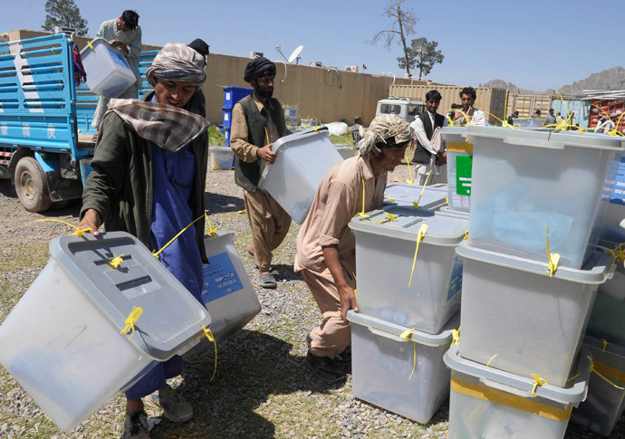 Afghan election commission workers unload ballot boxes at the IEC (Independent Election Commission) in Kandahar on April 7, 2014. (AFP Photo / Banaras Khan)