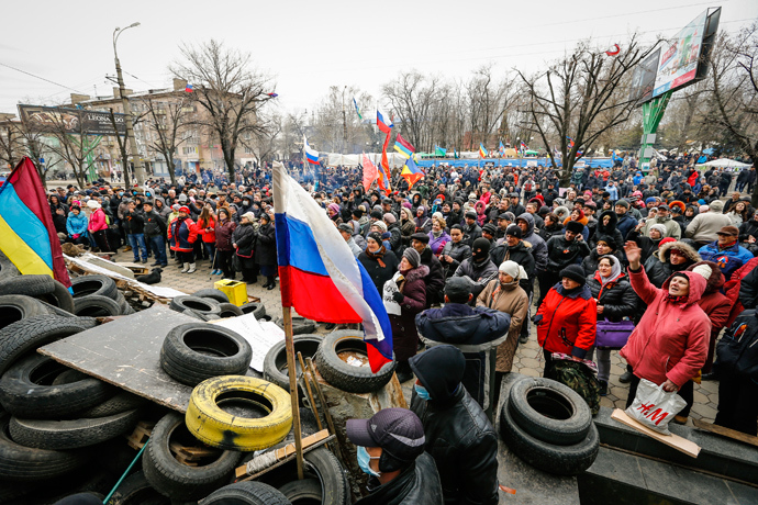 Pro-Russian supporters attend a rally in front of the seized office of the SBU state security service in Luhansk, eastern Ukraine April 12, 2014 (Reuters / Shamil Zhumatov)