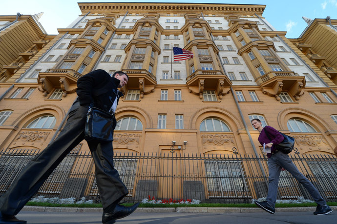 People walk past the US Embassy in Moscow, the headquarters of US Agency for International Development (USAID ) Russia's mission (AFP Photo / Kirill Kudryavtsev)