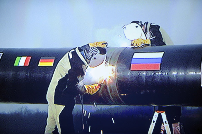 A crew symbolically welding two pieces of South Stream gas pipeline together is seen on a huge screen during a ceremony to launch the construction the pipeline outside the Black Sea resort town of Anapa, on December 7, 2012. (AFP Photo)