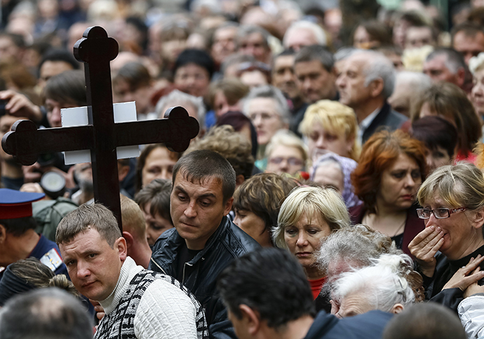 People attend a funeral ceremony of men killed in a gunfight on April 20 in Slaviansk, April 22, 2014. (Reuters / Gleb Garanich)