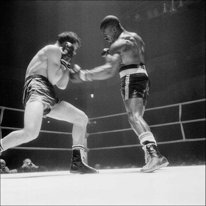 US Rubin Carter (R) lands a punch on Fabio Bettini of Italy during their international middleweight match in Paris, 22 February 1965. (AFP Photo)