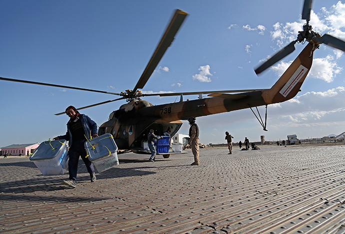 An Afghan worker uploads ballot boxes from a helicopter in Ghazni province April 9, 2014 (Reuters / Mustafa Andaleb)