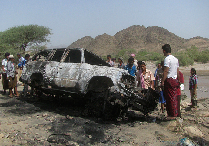ARCHIVE PHOTO: People gather at the site of a drone strike on the road between Yafe and Radfan districts of the southern Yemeni province of Lahj August 11, 2013 (Reuters / Stringer)