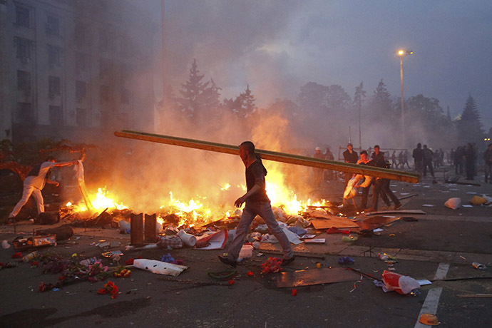 A protester walks past a burning pro-Russian tent camp near the trade union building in Odessa May 2, 2014. (Reuters / Yevgeny Volokin)