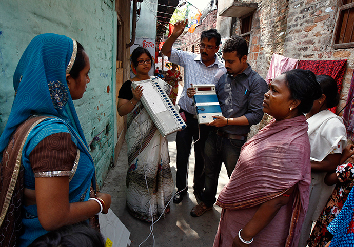 Polling officials demonstrate to residents how to use an electronic voting machine during an awareness program at a red-light area in Kolkata May 6, 2014 (Reuters)