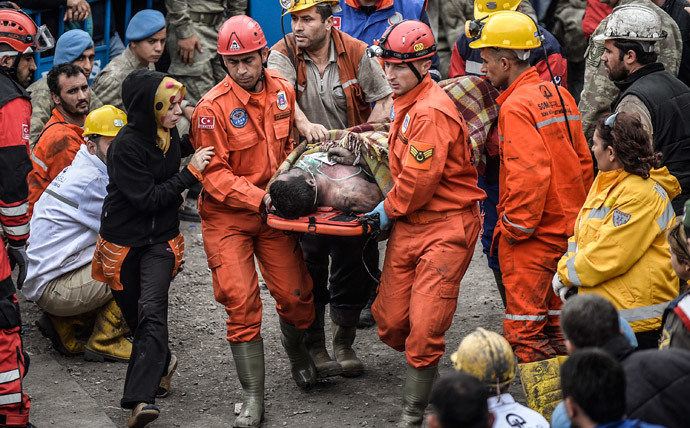 A woman reacts as she searches for relatives while rescuers carry out dead miners on May 14, 2014 after an explosion and fire in a coal mine in the western Turkish province of Manisa killed at least 201 people and hundreds remain trapped underground. (AFP Photo / Bulent Kilic)