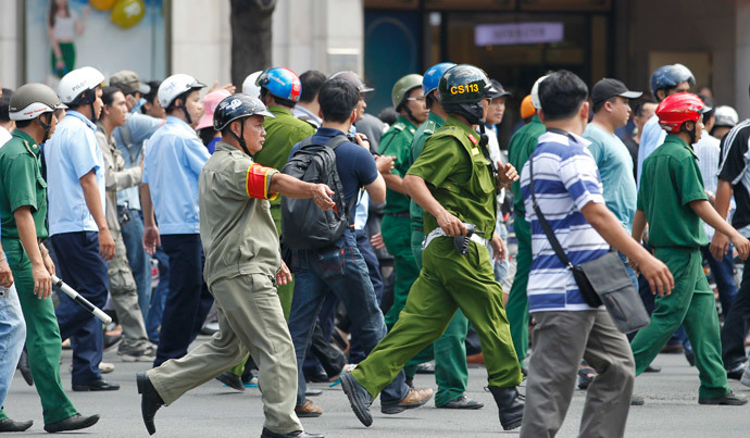 Police and paramilitary personnel surround protesters as they march during an anti-China protest in Vietnam's southern Ho Chi Minh city May 18, 2014. (Reuters / /Peter Ng )
