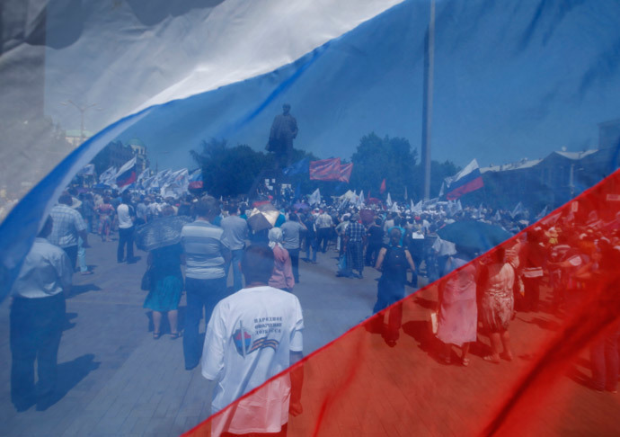 Participants are seen through a Russian national flag during a pro-Russian rally in the east Ukrainian city of Donetsk May 18, 2014.(Reuters / Maxim Zmeyev)