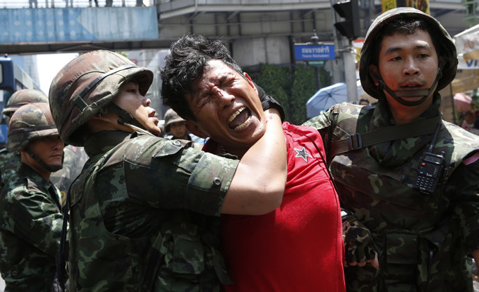Soldiers detain a protester against military rule, at a shopping district in central Bangkok May 25, 2014. (Reuters)