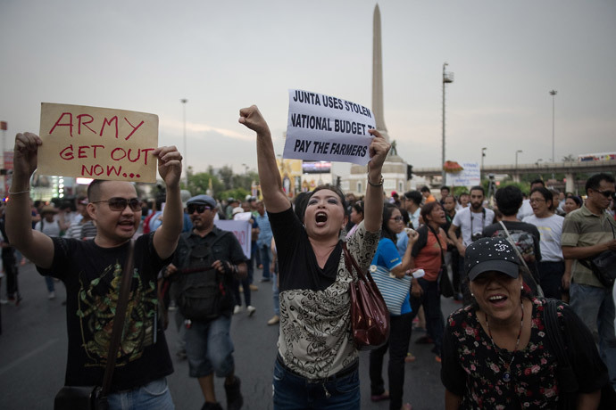 Anti-coup protesters shout insults to Thai soldiers during a rally at Victory Monument in Bangkok on May 26, 2014. (AFP Photo / Nicolas Asfouti)
