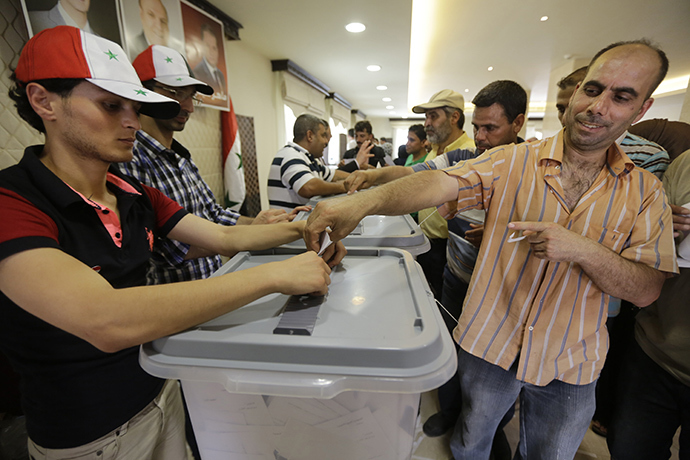Syrian expatriates living in Lebanon cast their ballots in the country's presidential elections at the Syrian Embassy in Yarze east of Beirut on May 28, 2014 (AFP Photo)