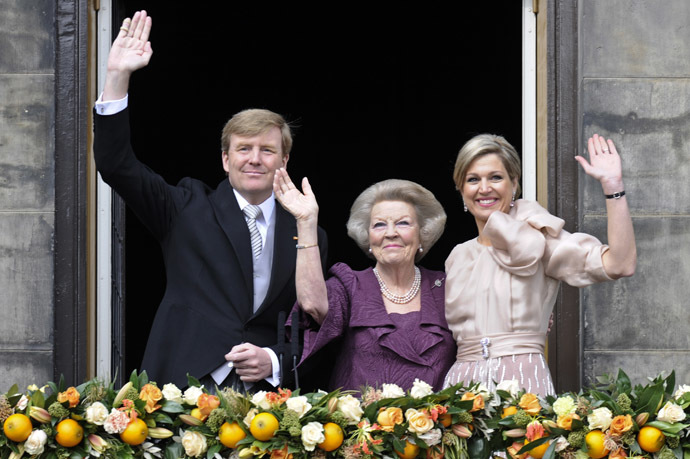 Princess Beatrix of Netherlands (C), her son, Dutch King Willem-Alexander (L) and his wife Queen Maxima wave to the crowd from the balcony of the Royal Palace in Amsterdam April 30, 2013. (Reuters/Paul Vreeker)