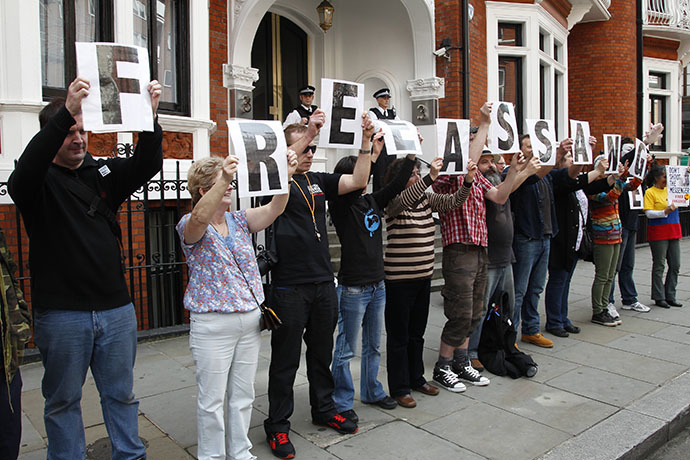 Supporters of WikiLeaks founder Julian Assange stand outside Ecuador's embassy in central London (Reuters / Chris Helgren)