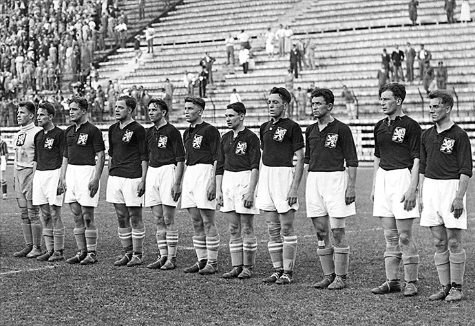 The Czechoslovakian national soccer team lines up, 10 June 1934 in Rome, before its World Cup final against Italy, host of the 2nd World Cup. Czechoslovakia lost to Italy (1-2) in extra time (AFP Photo)