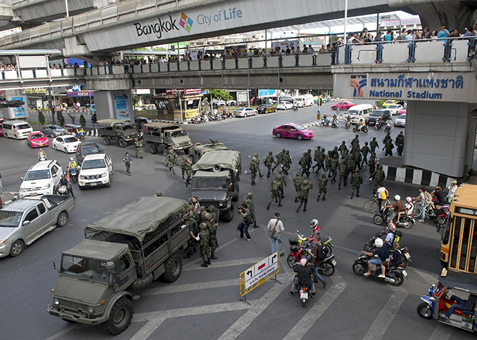 Thai soldiers deploy as they seal off an elevated train station leading to a shopping mall and broke up an anti-coup protest in Bangkok on June 1, 2014 (AFP Photo / Pornchai Kittiwongsaklu)