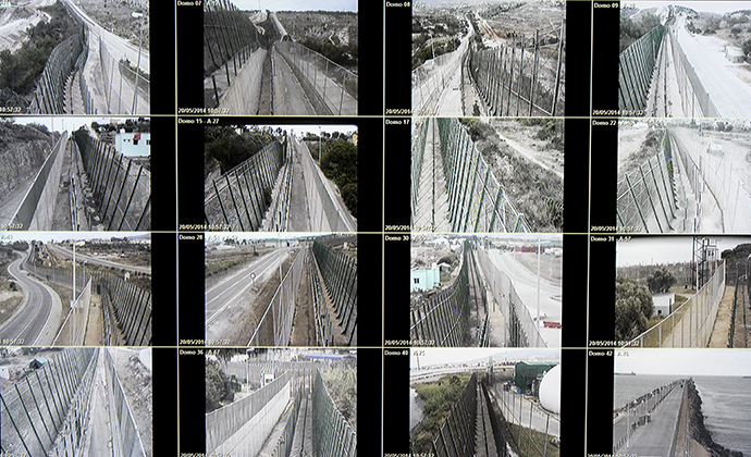 Images of the barrier surrounding Melilla seen in the Guardia Civil's Operation Room. Photo by @TomasoClavarino