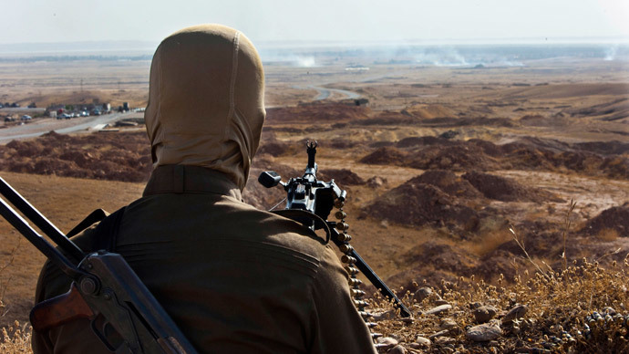 A member of Kurdish Peshmerga forces takes position overlooking militants of the Islamic State of Iraq and the Levant (ISIL) positions in Jalawla in the Diyala province (AFP Photo / Rick Findler)