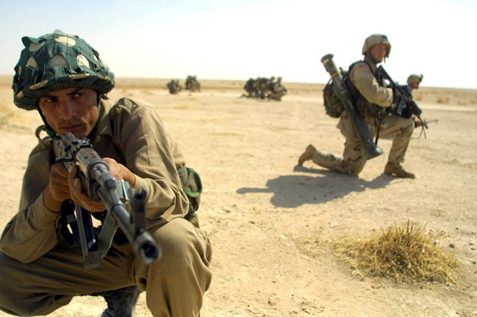 American soldiers of the 101st Airborne Division, trains Iraqi special forces 02 October 2003, in a desert region in the province of Mosul, some 400 kms north of Baghdad. (AFP Photo / Ahmad al-Rubaye)