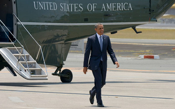 US President Barack Obama walks from Marine One to Air Force One for his departure home from Ninoy Aquino International Airport in Manila on April 29, 2014. (AFP Photo / Jay Directo)