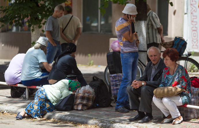 People wait for a bus to leave the eastern Ukranian city of Slavyansk (Reuters / Shamil Zhumatov)