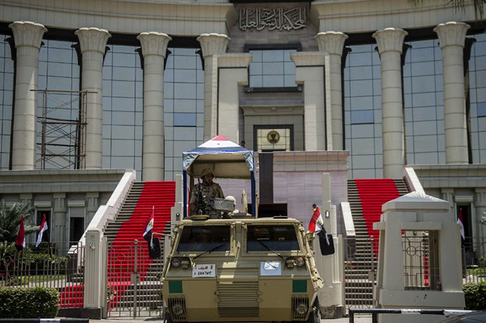 Egyptian troops stand guard outside the high constitutional court in the capital Cairo on June 7, 2014 (AFP Photo / Khaled Desouki)