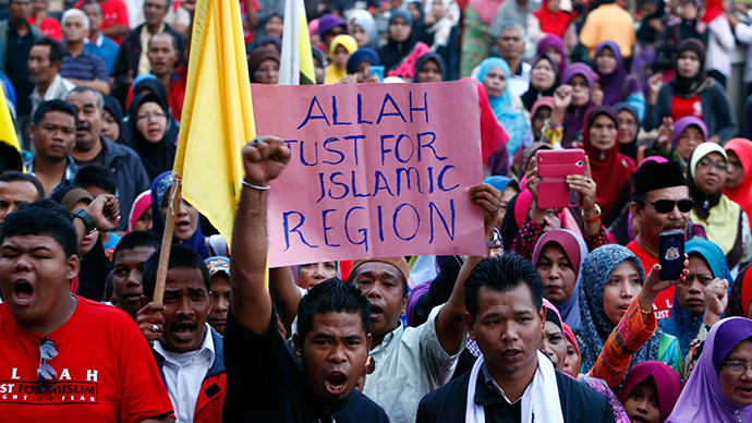 Muslim demonstrators chant slogans outside Malaysia's Court of Appeal in Putrajaya, outside Kuala Lumpur, March 5, 2014 (Reuters / Samsul Said)