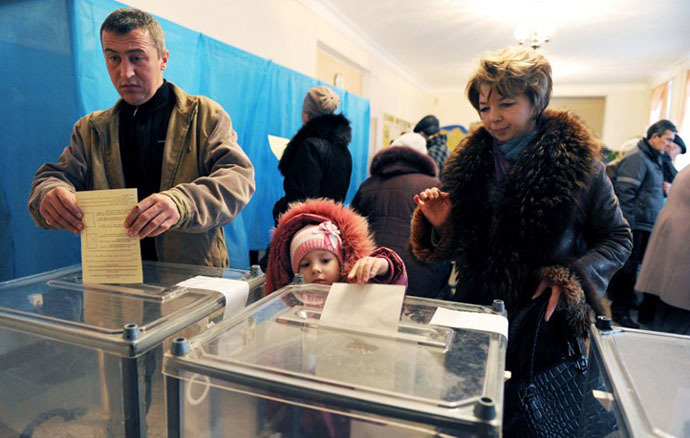 People cast their vote at a polling station on March 16, 2014 in Simferopol. (AFP Photo / Viktor Drachev)