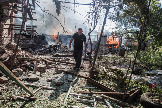 The aftermath of an artillery shelling of Slavyansk by the Ukrainian military. Debris and a burning house. (RIA Novosti/Andrey Stenin)