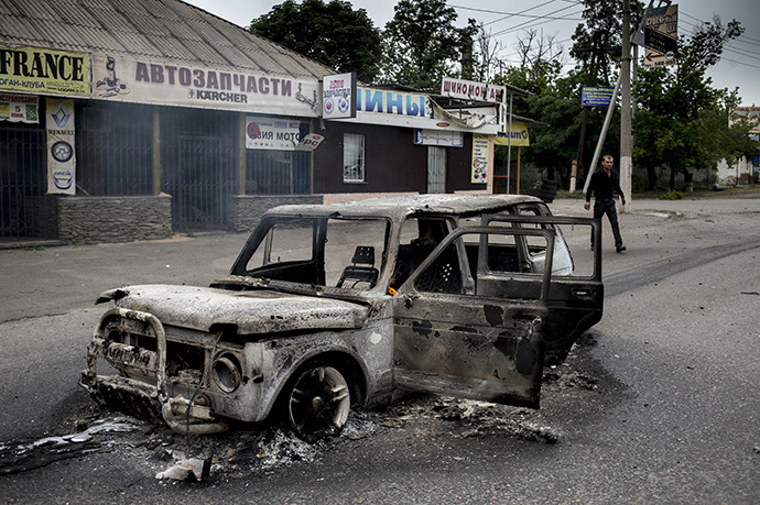 A burnt-out car on a street in the town of Lugansk. (RIA Novosti / Valeriy Melnikov)